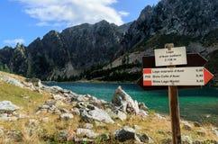 Λίμνη βουνών με την πινακίδα οδοιπορίας Στοκ εικόνες με δικαίωμα ελεύθερης χρήσης