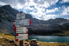 Λίμνη βουνών με την πινακίδα οδοιπορίας Στοκ φωτογραφία με δικαίωμα ελεύθερης χρήσης