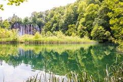 Λίμνη βουνών με τον καταρράκτη που περιβάλλεται από το δάσος στο εθνικό πάρκο λιμνών Plitvice, Κροατία Στοκ εικόνα με δικαίωμα ελεύθερης χρήσης