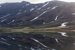 Λίμνη βουνών με το λειώνοντας χιόνι Στοκ Εικόνες