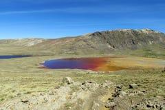 Λίμνη βουνών με το πορτοκαλί νερό χρώματος μετάλλων Στοκ εικόνα με δικαίωμα ελεύθερης χρήσης