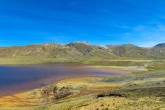 Λίμνη βουνών με το πορτοκαλί νερό χρώματος μετάλλων Στοκ φωτογραφίες με δικαίωμα ελεύθερης χρήσης