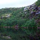 Λίμνη βουνών με το σαφές νερό Χερσόνησος κόλα, Ρωσία Στοκ εικόνα με δικαίωμα ελεύθερης χρήσης