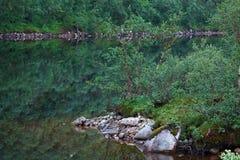 Λίμνη βουνών με το σαφές νερό Χερσόνησος κόλα, Στοκ εικόνα με δικαίωμα ελεύθερης χρήσης