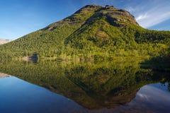 Λίμνη βουνών με το σαφές νερό Χερσόνησος κόλα, Khibiny Στοκ Φωτογραφίες