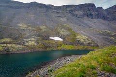 Λίμνη βουνών με το σαφές νερό Χερσόνησος κόλα, Khibiny Στοκ φωτογραφία με δικαίωμα ελεύθερης χρήσης
