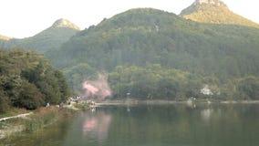 Λίμνη βουνών με το τυρκουάζ νερό και τα πράσινα δέντρα απόθεμα βίντεο