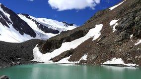 Λίμνη βουνών Μια μεγάλη άποψη των βουνών Χιονώδεις αιχμές Timelapse φιλμ μικρού μήκους