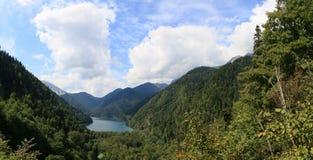 Λίμνη βουνών πανοράματος στοκ φωτογραφίες με δικαίωμα ελεύθερης χρήσης