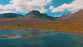 Λίμνη βουνών σε ένα υπόβαθρο των ελβετικών βουνών απόθεμα βίντεο