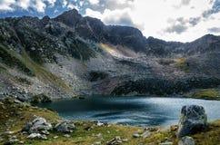 Λίμνη βουνών σε μια νεφελώδη ημέρα Στοκ φωτογραφία με δικαίωμα ελεύθερης χρήσης