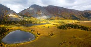 Λίμνη βουνών σε υποπολικά Ουράλια Στοκ Φωτογραφία
