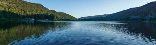 Λίμνη βουνών στα βουνά στην ηλιόλουστη Βρετανική Κολομβία Καναδάς ημέρας Στοκ εικόνα με δικαίωμα ελεύθερης χρήσης