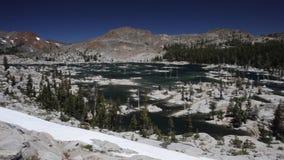 Λίμνη βουνών στην αγριότητα θλίψης ανατολικής Καλιφόρνιας απόθεμα βίντεο