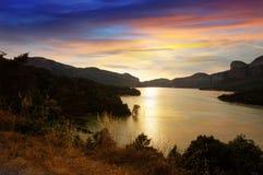Λίμνη βουνών στο ηλιοβασίλεμα. Δεξαμενή Sau Στοκ εικόνα με δικαίωμα ελεύθερης χρήσης