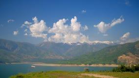 Λίμνη βουνών στο misty πανόραμα ημέρας απόθεμα βίντεο