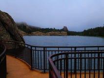 Λίμνη βουνών της Misty στους μαύρους λόφους στοκ φωτογραφία