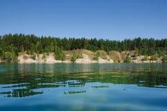Λίμνη βουνών το καλοκαίρι το μεσημέρι με τα vacationers και τους κολυμπώντας τουρίστες στοκ εικόνες