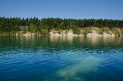 Λίμνη βουνών το καλοκαίρι το μεσημέρι με τα vacationers και τους κολυμπώντας τουρίστες στοκ φωτογραφία
