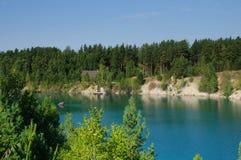 Λίμνη βουνών το καλοκαίρι το μεσημέρι με τα vacationers και τους κολυμπώντας τουρίστες στοκ εικόνα