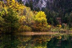 Λίμνη βουνών φθινοπώρου Στοκ εικόνες με δικαίωμα ελεύθερης χρήσης