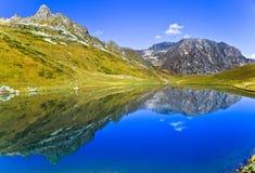 Λίμνη βουνών όπως τον καθρέφτη, Καύκασος, Ρωσία Στοκ εικόνες με δικαίωμα ελεύθερης χρήσης