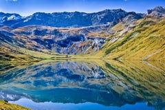 Λίμνη βουνών όπως τον καθρέφτη Στοκ Εικόνα