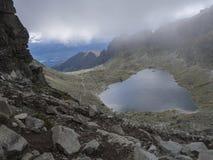 Λίμνη βουνών pleso Wahlenbergovo Nizne κατά την άποψη dolina Furkotska από το πέρασμα sedlo Bystre στα υψηλά βουνά Tatras στη Σλο στοκ φωτογραφίες