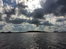 Λίμνη βραδιού μια θυελλώδη ημέρα Στοκ φωτογραφία με δικαίωμα ελεύθερης χρήσης