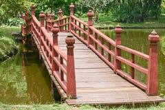 λίμνη γεφυρών πέρα από ξύλινο Στοκ φωτογραφία με δικαίωμα ελεύθερης χρήσης
