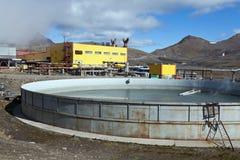 Λίμνη για να συλλέξει το θερμικό νερό αποβλήτων στο γεωθερμικό σταθμό παραγωγής ηλεκτρικού ρεύματος Mutnovskaya Στοκ εικόνα με δικαίωμα ελεύθερης χρήσης
