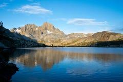 Λίμνη γρανατών και αιχμή εμβλημάτων στο ίχνος του John Muir Στοκ εικόνες με δικαίωμα ελεύθερης χρήσης