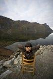 λίμνη εδρών κοντά στη γυναίκα ακτών Στοκ Εικόνες