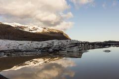 Λίμνη ενός λειώνοντας πάγου από τον παγετώνα Ισλανδία Στοκ Φωτογραφίες