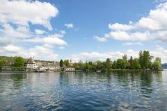 Λίμνη Ζυρίχη με την προσγειωμένος πύλη Kusnacht στοκ εικόνα