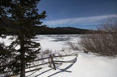 Λίμνη ηχούς στο χειμώνα Παγωμένα λίμνη και χιόνι Στοκ Φωτογραφίες