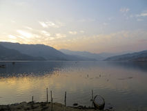 Λίμνη ηλιοβασιλέματος στοκ εικόνα με δικαίωμα ελεύθερης χρήσης