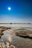 Λίμνη κάτω από τον ήλιο και το μπλε ουρανό Στοκ Εικόνες