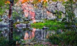 Λίμνη κάτω από τον απότομο βράχο στο ηλιοβασίλεμα Στοκ φωτογραφίες με δικαίωμα ελεύθερης χρήσης