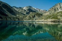 Λίμνη καθρεφτών στα βουνά στοκ φωτογραφίες