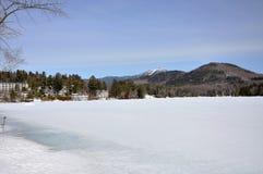 Λίμνη καθρεφτών το χειμώνα, Lake Placid, Νέα Υόρκη, ΗΠΑ Στοκ Εικόνα
