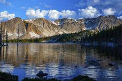 Λίμνη καθρεφτών, χιονώδης σειρά, Ουαϊόμινγκ στοκ εικόνα