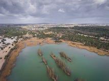 Λίμνη και δάσος κατά τη διάρκεια του χρόνου άνοιξη επάνω από την όψη Dabrowa Gorn στοκ εικόνες