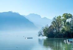 Λίμνη και βουνά στο Annecy, Γαλλία Στοκ εικόνα με δικαίωμα ελεύθερης χρήσης