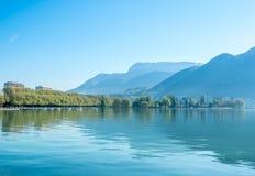 Λίμνη και βουνά στο Annecy, Γαλλία Στοκ Φωτογραφία
