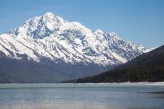 Λίμνη και βουνά την άνοιξη στοκ φωτογραφία με δικαίωμα ελεύθερης χρήσης