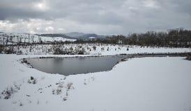 Λίμνη και βουνά, χειμερινή ημέρα στοκ φωτογραφίες