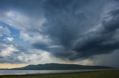 Λίμνη και βουνό σύννεφων ουρανού Στοκ εικόνες με δικαίωμα ελεύθερης χρήσης