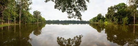 Λίμνη και δέντρο, Angkor Wat στην Καμπότζη Στοκ εικόνα με δικαίωμα ελεύθερης χρήσης