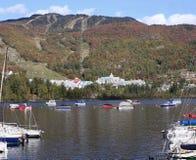 Λίμνη και θέρετρο Tremblant Mont με τις βάρκες στο πρώτο πλάνο Στοκ Εικόνες